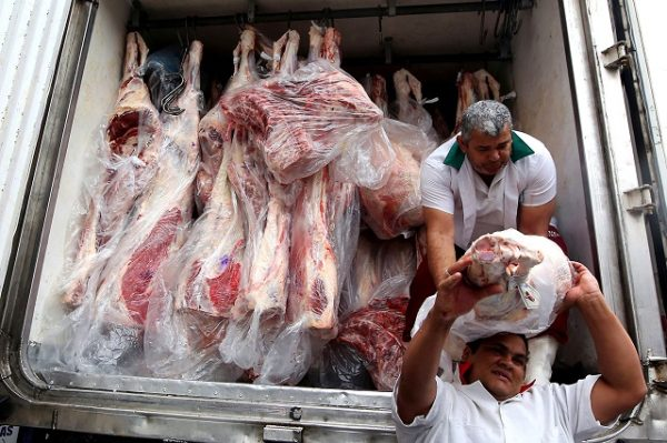 FILE PHOTO: Workers unload packed meat from a truck in Sao Paulo, June 3, 2015.    REUTERS/Paulo Whitaker/File Photo