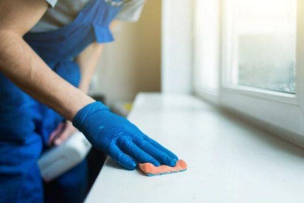 hombr-limpiando-superficie-ventana